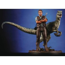CHRONICLE JURASSIC WORLD OWEN AND BLUE 1-9 SCALE STATUE (Net